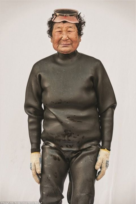 【エンタメ画像】【画像】水深20メートルを酸素ボンベ無しで潜る韓国のおばあちゃん集団「海女(へにょ)」の姿が衝撃的凄すぎるwwwwww