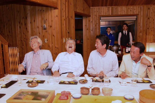 【エンタメ画像】【朗報】安倍ちゃんの夏休み、とんでもない面子がそろう (画像あり)