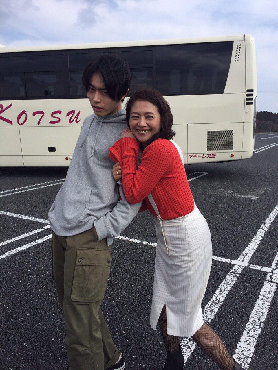 【エンタメ画像】【画像あり】小泉今日子さん、若いイケメンに噴射する
