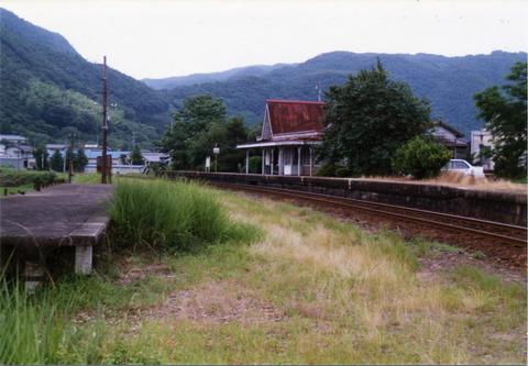 美作飯岡駅 : プラットホームの旅