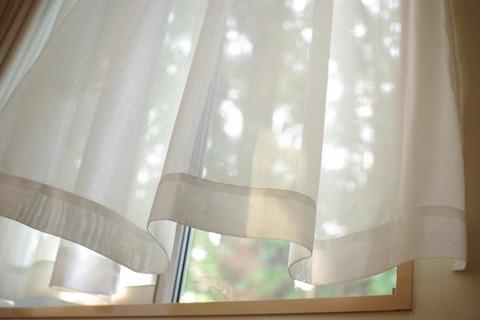 窓に揺れるカーテン