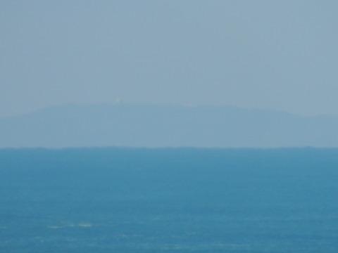 益田市から見た見島の風景に白い球体
