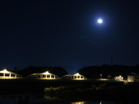 益田市 高角橋と皆既月食2014年10月8日19:00ごろs