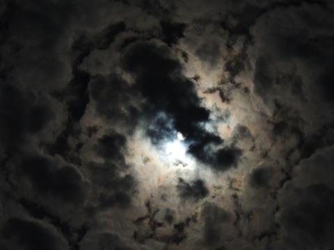 雲群の隙間に後の十三夜