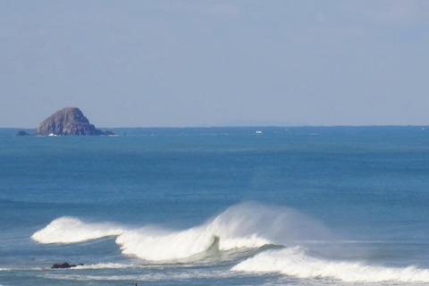 波頭に水煙 益田市の風景T