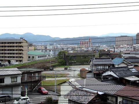 徳川夢声の句碑から益田市市街地の風景