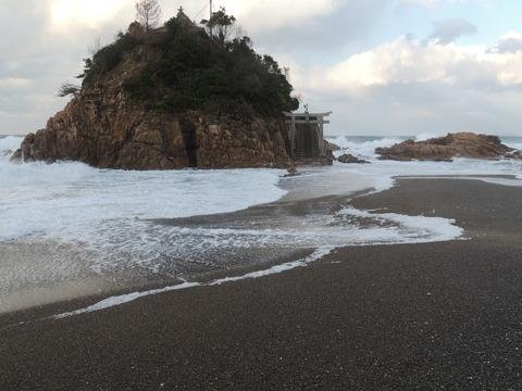 益田市小浜町 宮ヶ島と波の花の風景
