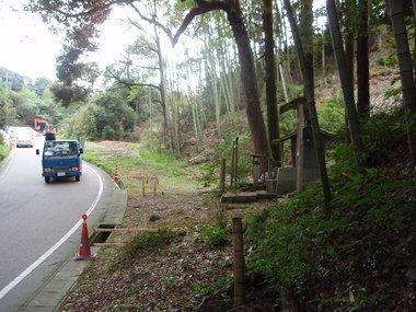岸静江国治の墓と道路