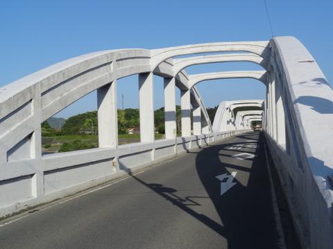 高角橋 アーチリブの窪み