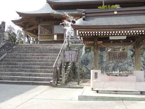 高津 柿本神社説明板と手水舎
