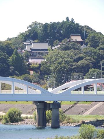 高角橋と高津柿本神社