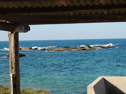 持石海岸 廃墟の海の家からの風景
