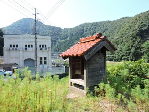 益田市 豊川発電所の傍の祠