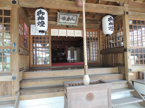 益田市 高津柿本神社拝殿 前