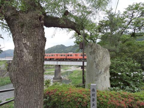 津和野の徳川夢声さんの句碑と山口線のキハのオレンジ