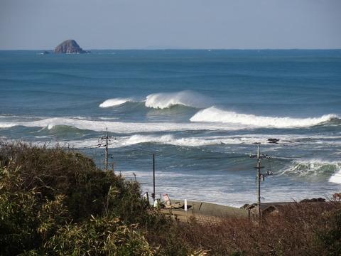 波頭に水煙 益田市 三里ヶ浜の風景
