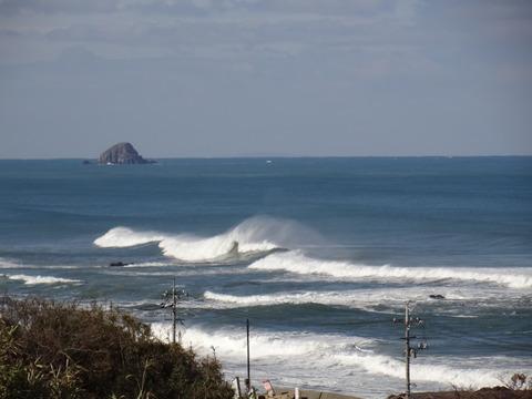 波頭に水煙 益田市の風景