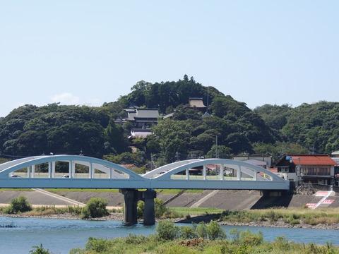 高津川と高角橋と高津柿本神社