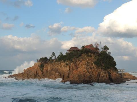 「宮ヶ島」と日本海の荒波の風景 益田市小浜町
