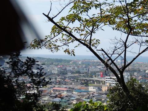益田市 住吉神社の手水舎からの市街地の風景