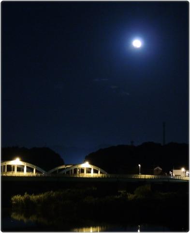 益田市 高角橋と皆既月食2014年10月8日19:00ごろ 縦s