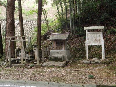 岸静江国治の墓