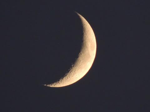 謎の飛翔体を見た日の三日月