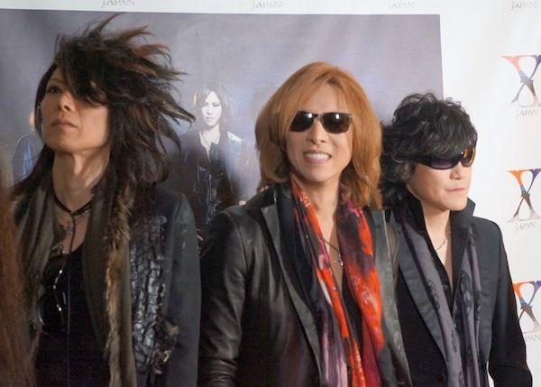 イベントでのふとした瞬間のショットの三人のX JAPANの画像