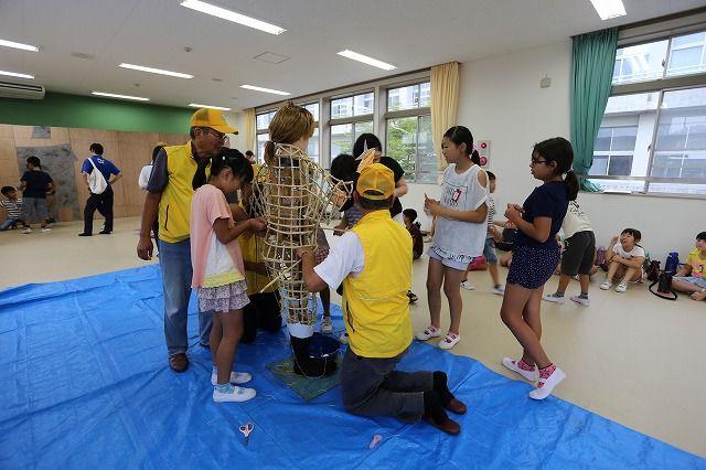 吉浜小学校4年生『巻きわらを使って胴殻を作る』の画像