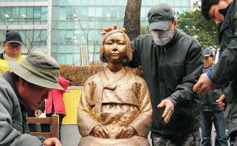 ソウル日本大使館前の慰安婦像、韓国が移転を検討