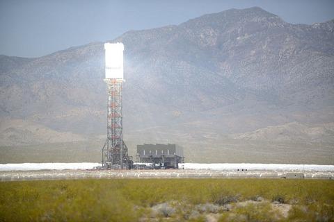 「世界最大の太陽光発電所」日光の反射角度を間違えて自らを燃やす