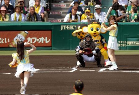 ホテルに消えたNMB48木下春奈、阪神戦のノーバン始球式に大歓声