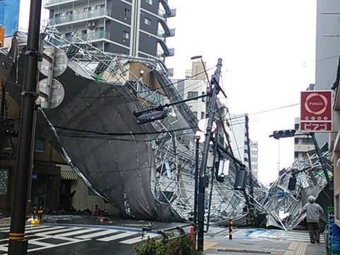 【速報】強風により北千住中心部、足立成和信用金庫の足場も崩落!!追記:渋谷公会堂の足場も倒壊寸前