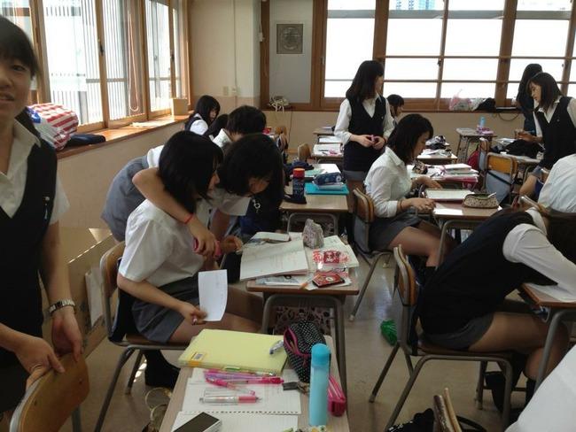 【画像】慶応女子(偏差値76)の無防備な教室風景のミニスカ太ももセクシー過ぎだろwwww