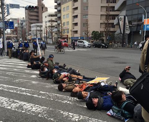 正式デモを阻止すると宣言したパヨク、デモ隊を守る為に出動した警察にヘイトスピーチwwww