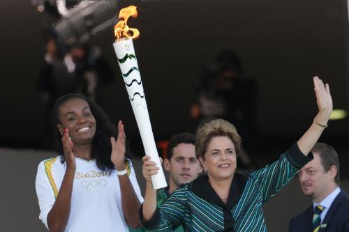 リオ五輪、聖火リレーにデモ隊が押し寄せ、聖火が消される事態! 開会式前からハチャメチャwwww