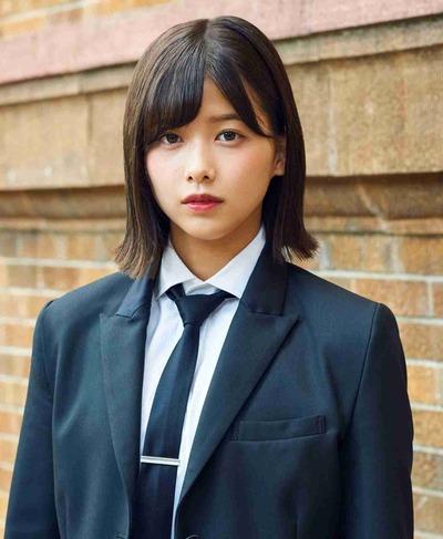 1200px-2017年欅坂46プロフィール_渡邉理佐_2