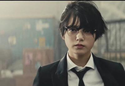 眼鏡の平手友梨奈