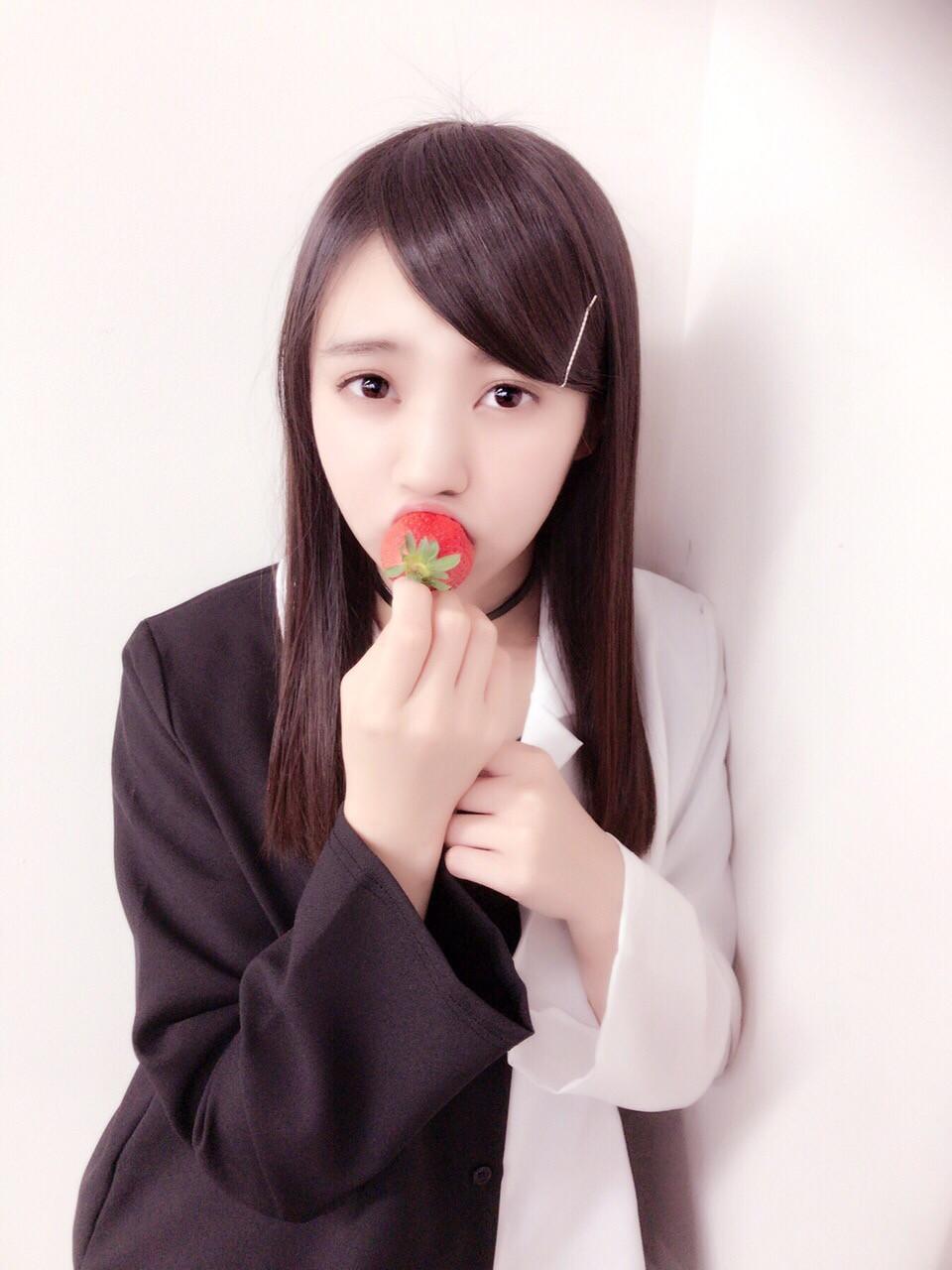 イチゴを食べながらこちらを見ている小林由依のセクシー画像♪