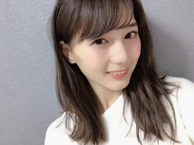 微笑む小坂菜緒