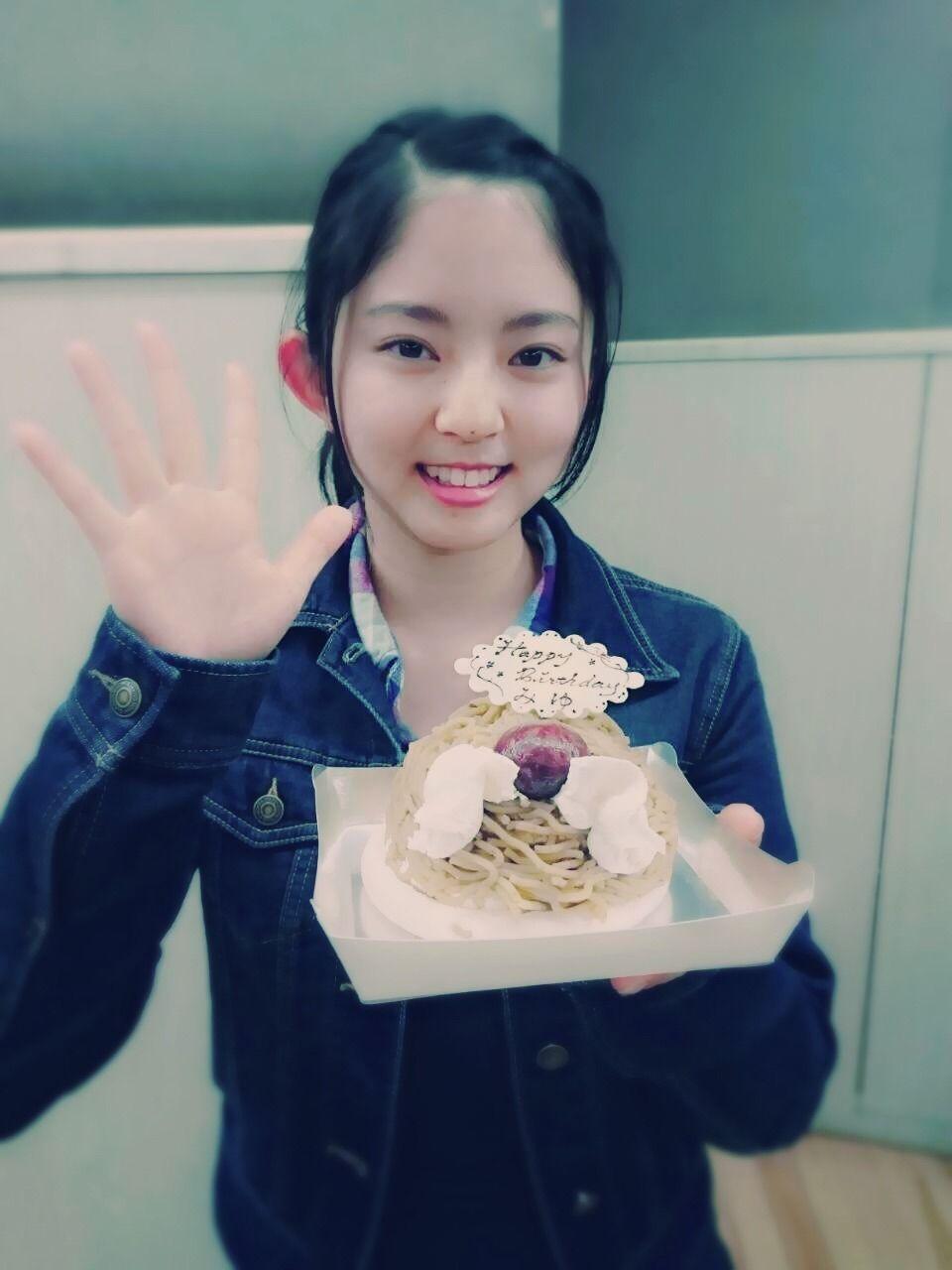 ケーキをもって手を振っている鈴本美愉の画像♪