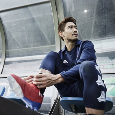 【画像】香川真司さん、クールな表情を見せつつベンチで靴ひもを結ぶ