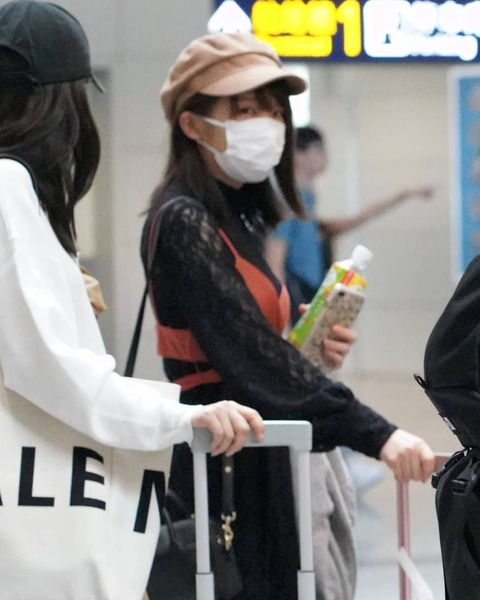 乃木坂46メンバーの空港到着写真がSNSに上げられている!