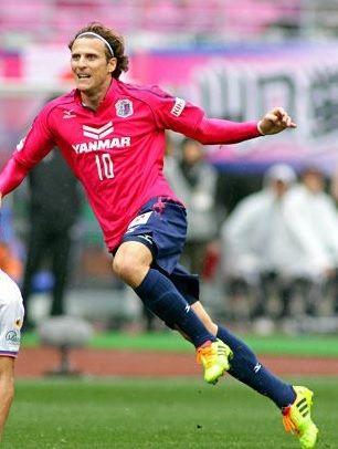 Cerezo-Osaka-2014-Mizuno-first-kit-Diego-Forlan