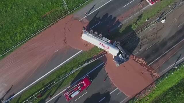 【速報】 タンクローリー事故で高速道路に12トンのチョコレートがぶち撒かれる