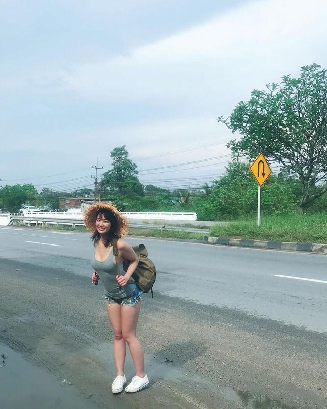 【画像】ヤバイ格好で旅をしている巨乳美女が見つかる