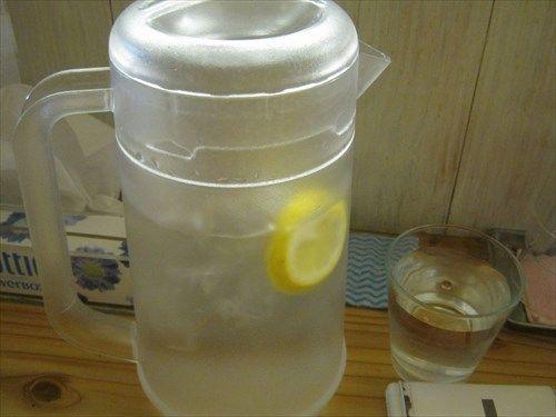 ラーメン屋店主「お冷か…普通の水だとつまらんしなぁ…せや!」
