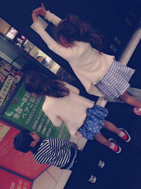 【朗報】村重家と宮脇家が一緒に映画館へ行った模様!