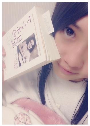 木崎ゆりあちゃんが今話題のアンネの日記を読んでる!「珍しく分厚い小説を半分以上も読んでます!!」
