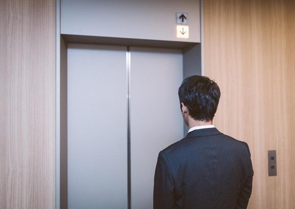 エレベーター下降中